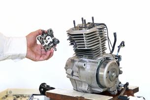 バイクエンジンの整備の写真素材 [FYI00390517]