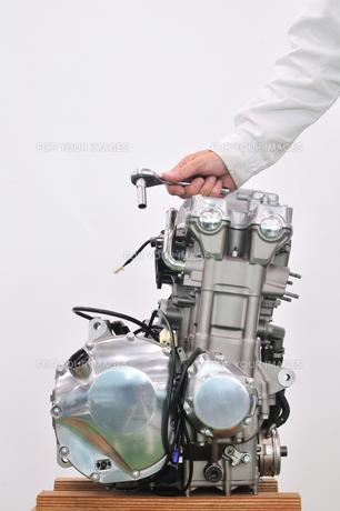 大型バイクエンジンの整備の素材 [FYI00390554]