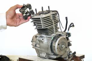 バイクエンジンの整備の写真素材 [FYI00390583]