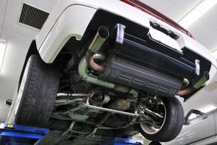 整備工場の自動車の写真素材 [FYI00390611]