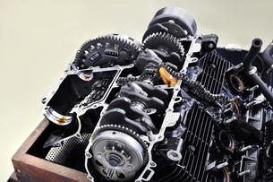 バイクエンジンの整備の写真素材 [FYI00390751]