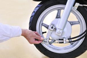 バイクの整備の素材 [FYI00390889]