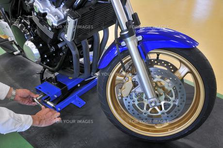 バイクの整備の素材 [FYI00390905]