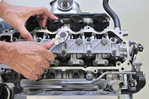 自動車エンジンの整備の写真素材 [FYI00391321]
