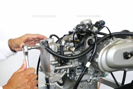 バイクエンジンの修理の写真素材 [FYI00391390]