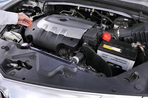 自動車エンジンのオイルチェックの素材 [FYI00391466]