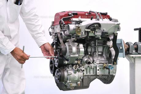 自動車エンジンの整備の写真素材 [FYI00391471]
