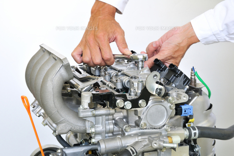 自動車エンジンの整備の素材 [FYI00391536]