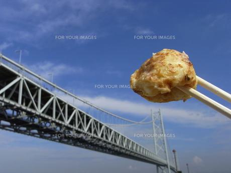 明石焼きと明石海峡大橋の写真素材 [FYI00391947]