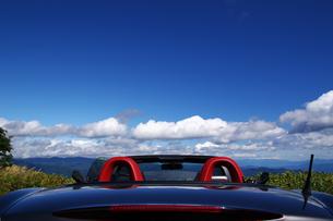 夏空とオープンカーの写真素材 [FYI00391951]
