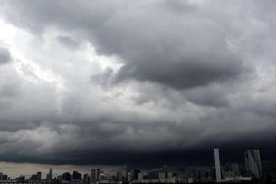 都心を覆う雷雲の写真素材 [FYI00391959]