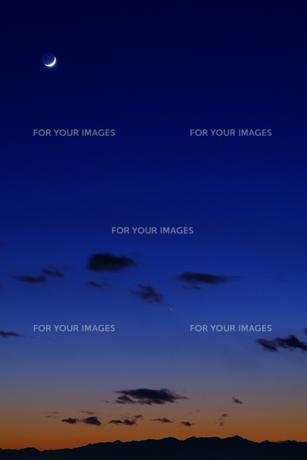 日没の空と月の写真素材 [FYI00391964]