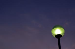 街灯と夕暮れ空の写真素材 [FYI00391969]