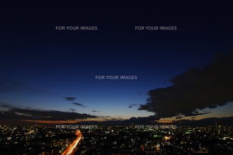 日没の空と町並みの素材 [FYI00392018]