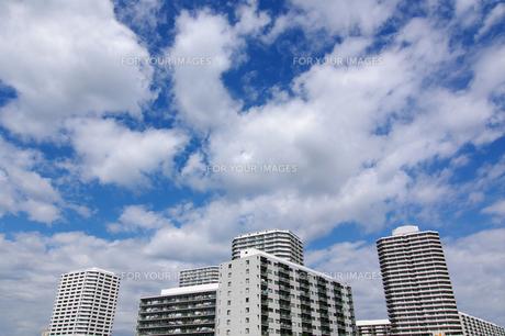 青空とマンション群の素材 [FYI00392023]