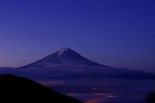 夜明け前の富士山の素材 [FYI00392024]