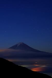 夜明け前の富士山の素材 [FYI00392033]