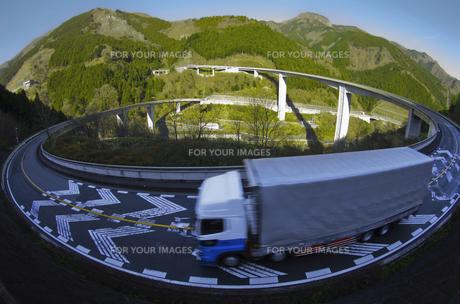 雷電廿六木橋(秩父ループ橋)とトラックの素材 [FYI00392065]