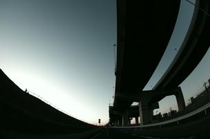 首都高速の高架と荒川土手の写真素材 [FYI00392088]