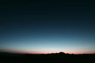 朝焼けの空と山並み(群馬県嬬恋村)の素材 [FYI00392122]