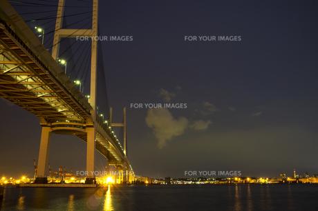 横浜ベイブリッジと本牧の夜景の素材 [FYI00392147]
