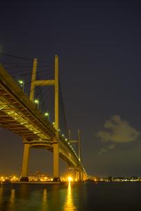 横浜ベイブリッジと本牧の夜景の素材 [FYI00392157]