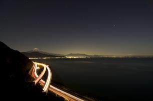 静岡・薩?峠からの富士山(夜景)の素材 [FYI00392181]
