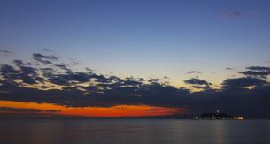 夕暮れの相模湾と江ノ島の素材 [FYI00392193]