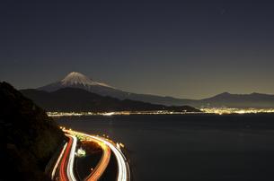 静岡・薩?峠からの富士山(夜景)の素材 [FYI00392201]