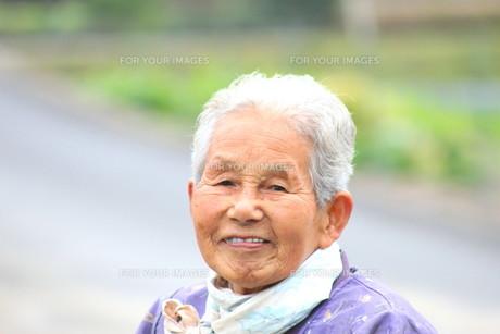 笑顔のおばあさんの素材 [FYI00392880]