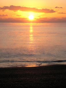 海から昇る朝日の素材 [FYI00393128]