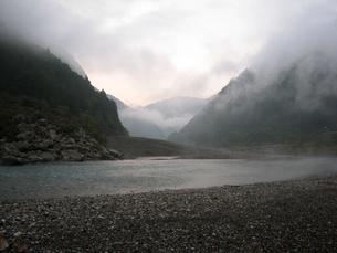 霧に霞む熊野川の写真素材 [FYI00393132]