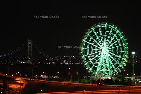 明石海峡大橋と観覧車の夜景の写真素材 [FYI00393160]
