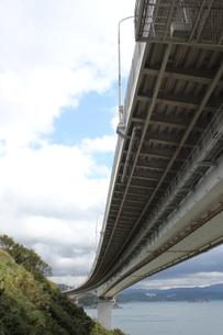 見上げる高速道路の写真素材 [FYI00393177]