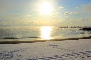 朝日と海と雪の写真素材 [FYI00393286]