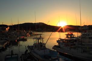 漁港の夕暮れの写真素材 [FYI00393299]