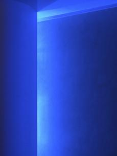ブラックライトの青い光の写真素材 [FYI00393368]