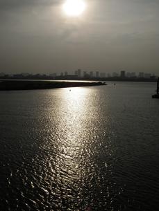 夕陽のウォーターフロント(タテ)の写真素材 [FYI00393379]