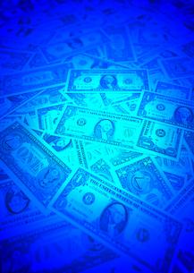 ドル紙幣と青いスポットライトの写真素材 [FYI00393399]