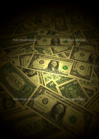 ドル紙幣とスポットライトの写真素材 [FYI00393405]