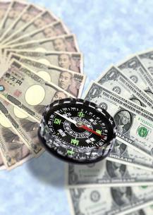 ドルと円とコンパスの写真素材 [FYI00393409]