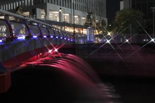 目黒川の橋の放水もライトアップの写真素材 [FYI00393981]