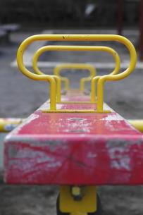 赤と黄色のシーソーの写真素材 [FYI00394039]