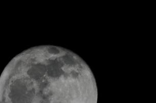 満月(左下に半分)の写真素材 [FYI00394310]