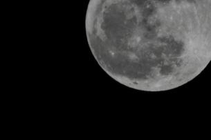 満月(右上に半分)の写真素材 [FYI00394312]