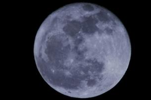 大寒の満月(青味・1500mm)の写真素材 [FYI00394317]