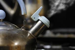 沸騰するヤカンの写真素材 [FYI00394493]