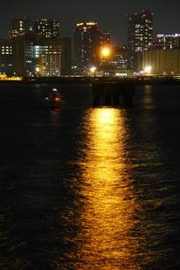 ナトリウム灯に照らされた水面の写真素材 [FYI00394606]