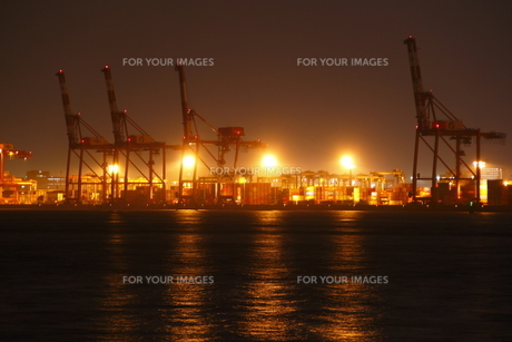 灯りに浮かび上がる港湾施設の写真素材 [FYI00394607]