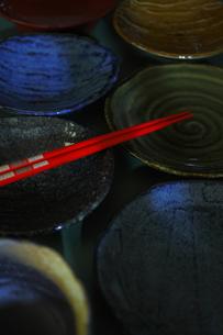 和食器と赤い箸の写真素材 [FYI00394661]